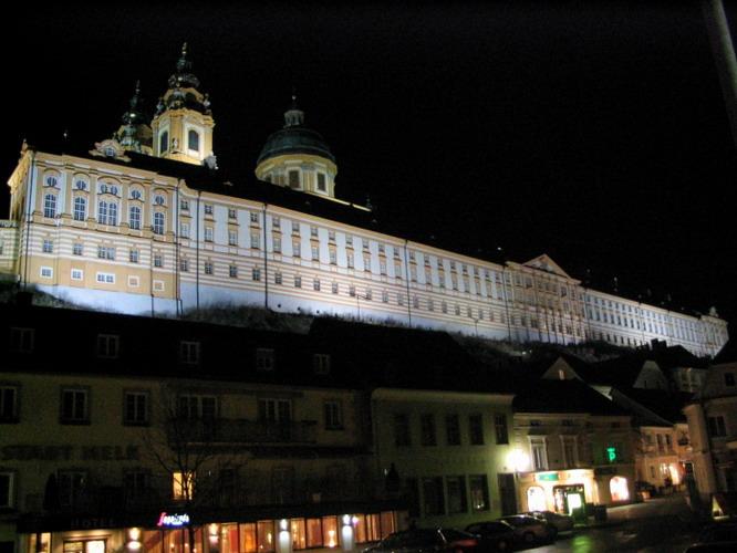 Stift_Gymnasium_Viena_cea_mai_veche_scoala_din_Austria_w747_h373_q100