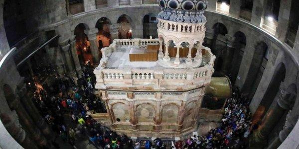 Baldachinul-Sfântului-Mormânt-a-fost-sfințit.-Mii-de-oameni-au-vizitat-astăzi-edificiul-restaurat-5